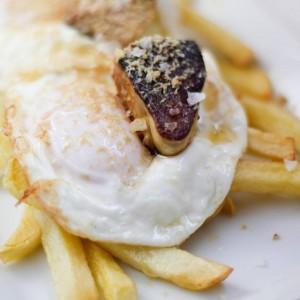 tapas de huevos estrellados con foie