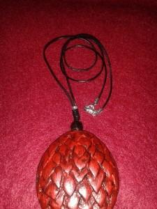 Colgante huevo de dragón tallado en madera.
