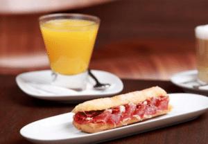 desayuno zumo de naranja y bocadillo jamon