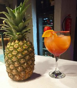 toma un coctel natural en el bar mary peppins de sabadell